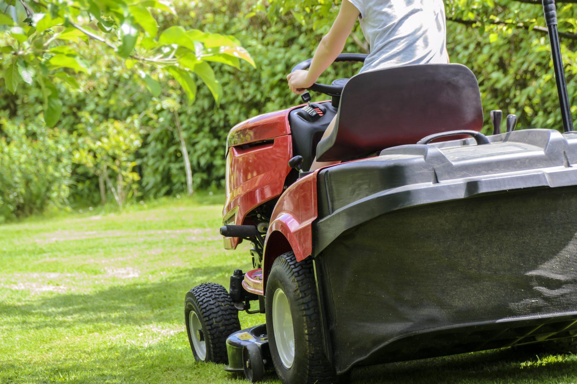 Rasenmäher bei der Arbeit